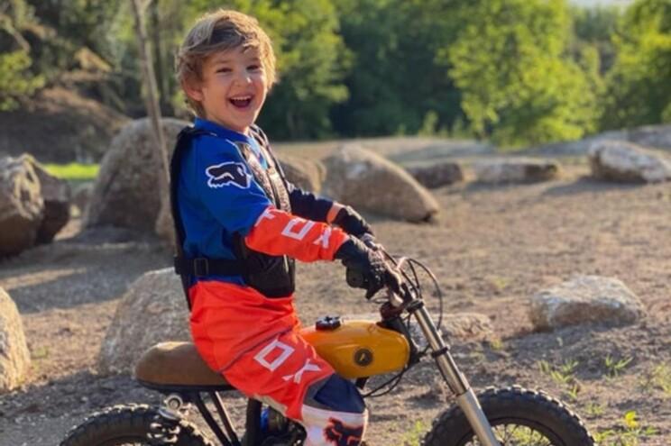 Frederico faz seis anos em maio e já percorre o Gerês de mota