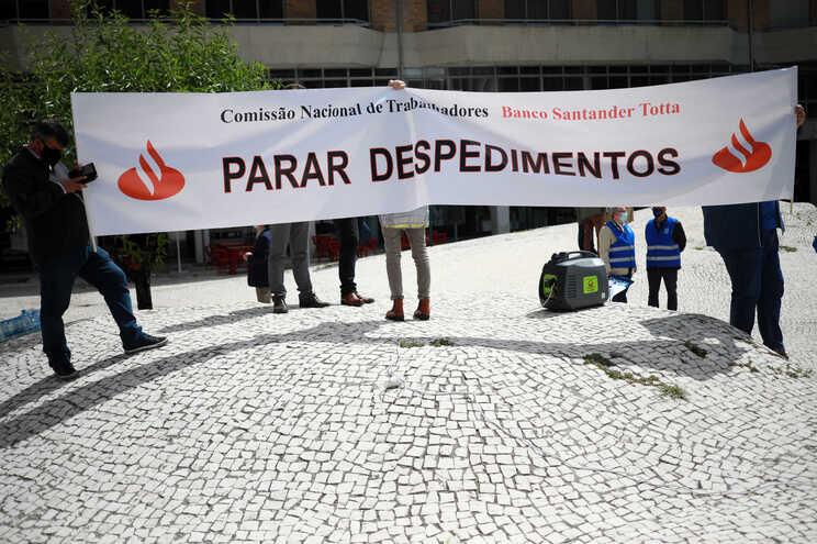 Trabalhadores do Banco Santander Totta manifestam-se contra o processo unilateral de despedimentos