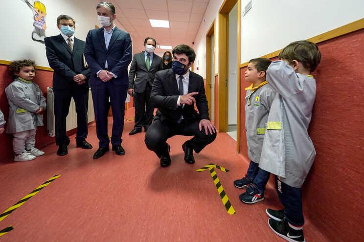 Ministro da Educação, Tiago Brandão Rodrigues, durante a visita à Escola Básica n.º 2 de Paços de Ferreira