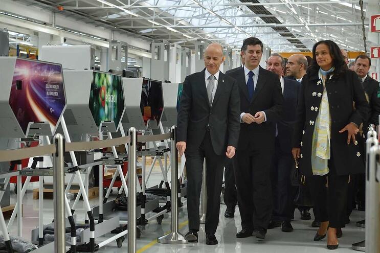 Isabel dos Santos em visita à Efacec, em 2018, com Ângelo Ramalho, CEO da empresa, e Manuel Caldeira