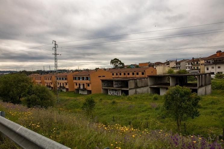 Empreendimento inacabado fica junto à A4, em Campo, Valongo