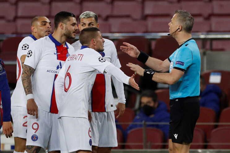 Bjorn Kuipers durante o Barcelona-PSG, da semana passada