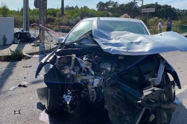 Carro e moto envolvidos no acidente
