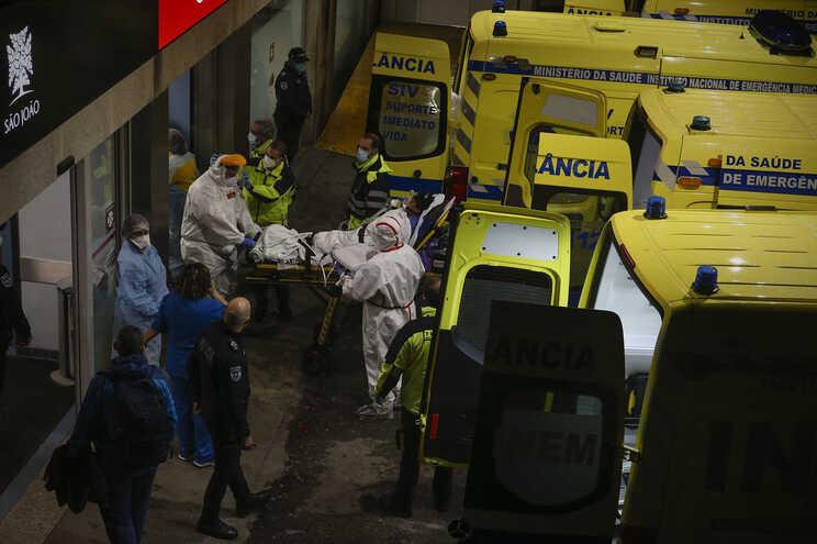Chegada ao Hospital de São João de doentes covid-19 provenientes da região de Lisboa e Vale do Tejo,