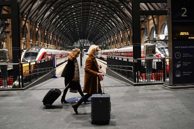 Vários países estão a suspender as ligações aéreas e ferroviárias com Reino Unido