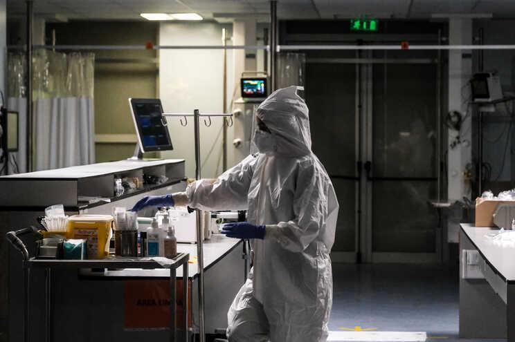 Há menos 28 pessoas internadas em enfermaria e menos 13 em cuidados intensivos