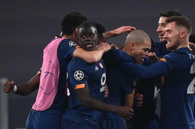 A festa dos jogadores do F. C. Porto após o jogo em Turim