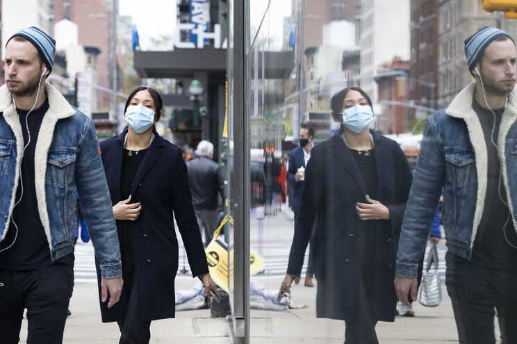 Pessoas com máscara em Nova Iorque