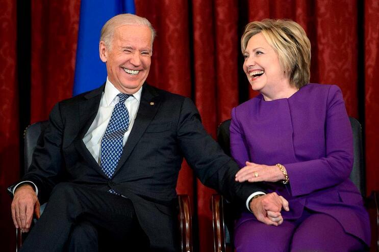 No governo de Barack Obama (2009-2017), Biden era vice-presidente e Clinton foi secretária de Estado