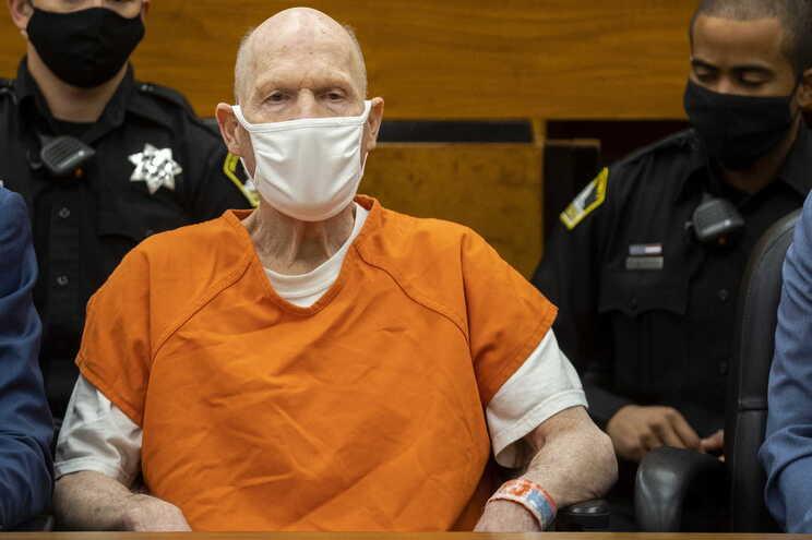 Joseph James DeAngelo evita o olhar das vítimas que o confrontam em tribunal