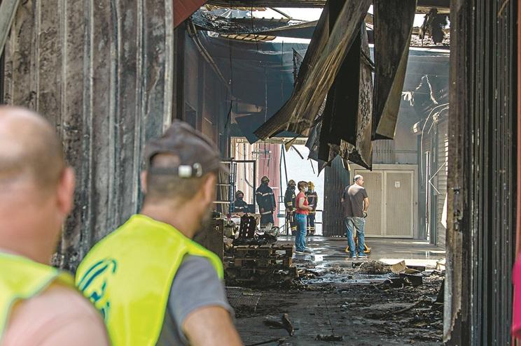 Proprietários avaliaram esta terça-feira de manhã os estragos e tentaram perceber se haveria materiais