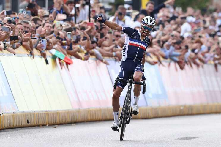 Julian Alaphilippe renova título de campeão do Mundo de ciclismo de fundo