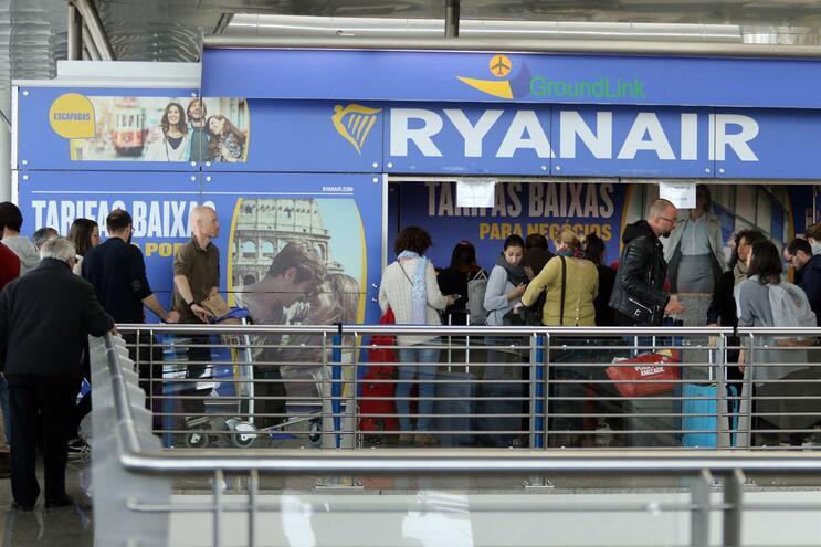 Ryanair apela a pilotos em Lisboa para pedir transferência para evitar despedimentos