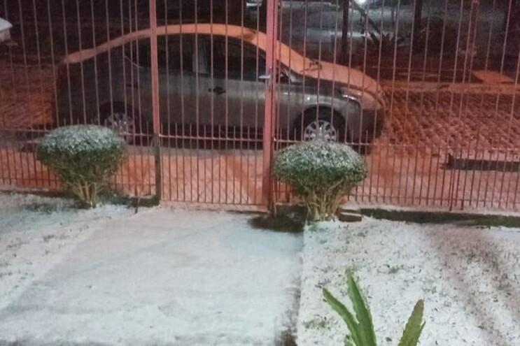 Neve diverte brasileiros nas ruas de São Francisco de Paula