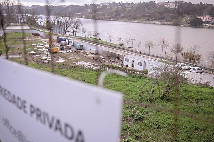 Local onde está a nascer o hotel fica a menos de 50 metros do rio.