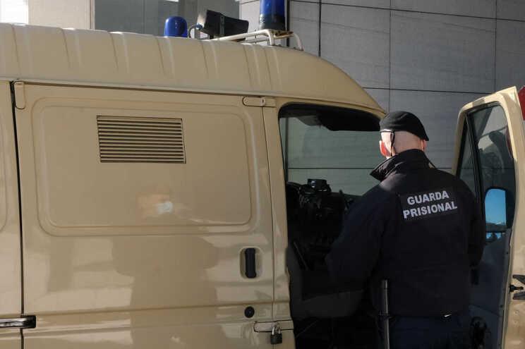 Fuga obrigou guarda prisional a efetuar disparo de aviso