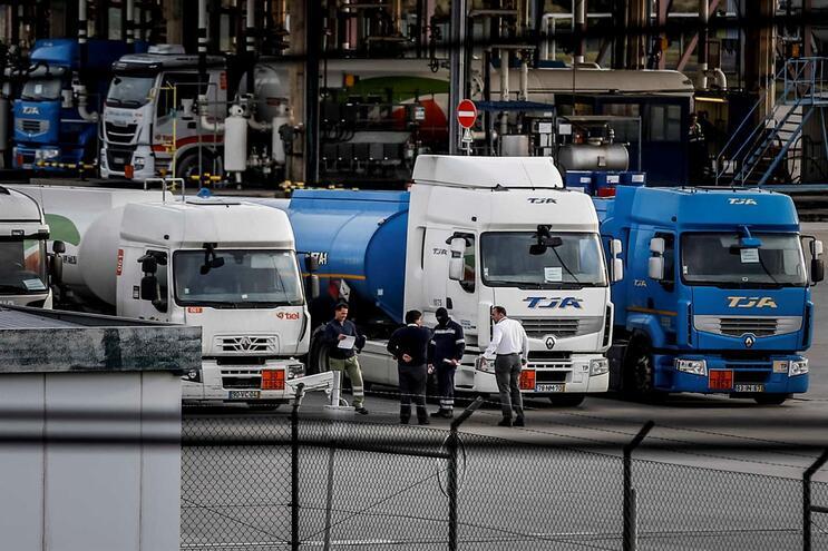 Motoristas de matérias perigosas entregam novo pré-aviso de greve