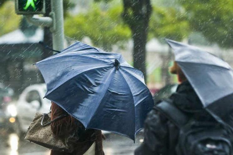 Muita chuva e ventos fortes nas próximas 48 horas, alerta Proteção Civil