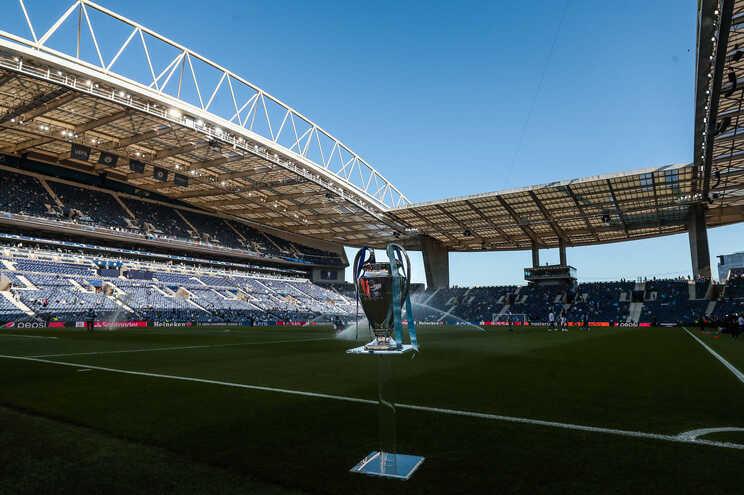 Milhares de adeptos ingleses do Manchester City e do Chelsea vão pintando de azul as bancadas do Estádio