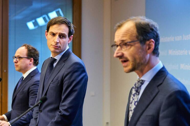 Ministro das Finanças da Holanda, Wopke Hoekstra, ao centro