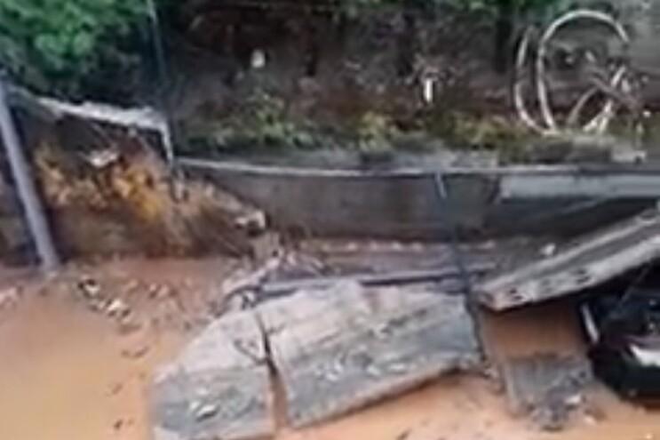 Queda de muro atinge três carros em São João da Madeira