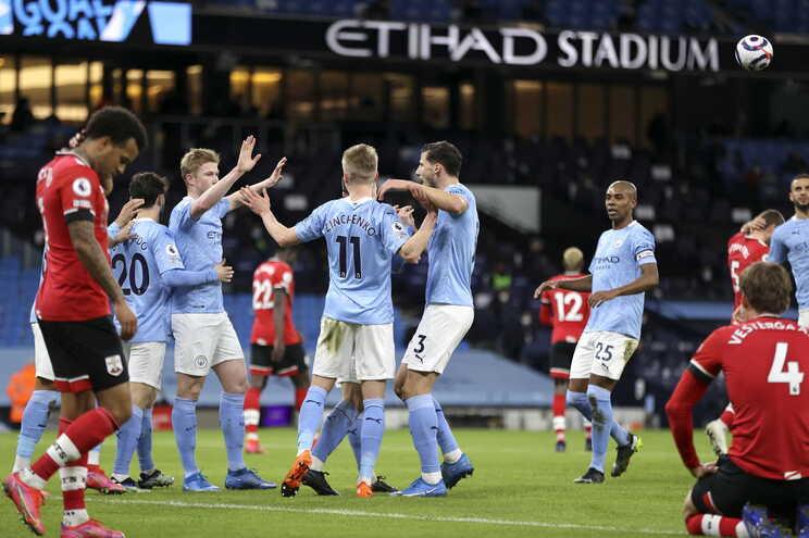 Manchester City regressa aos triunfos com Dias e Bernardo no onze