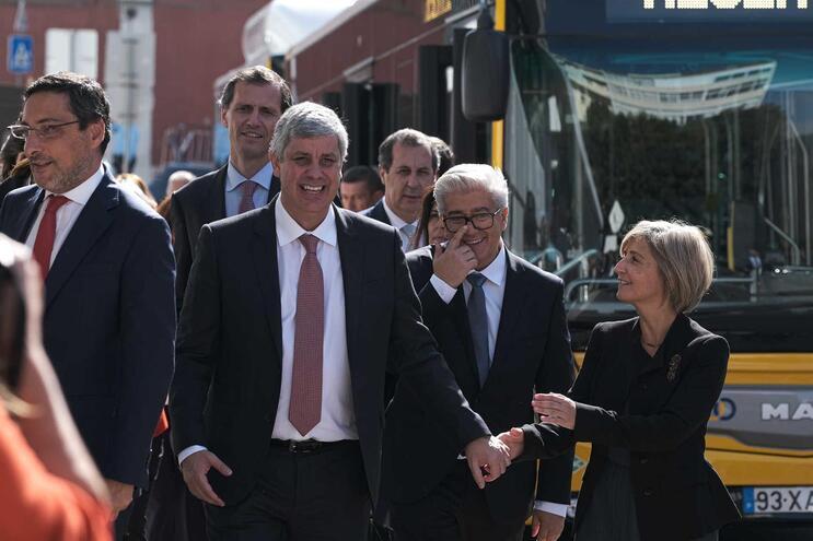 Ministra da Saúde, Marta Temido de mão dada com o ministro das Finanças, Mário Centeno