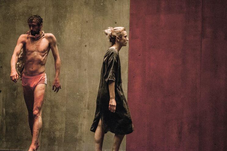 Romeu Runa e Beatriz Batarda, protagonistas que são várias personagens numa peça que resulta de três