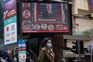 A tomada de posse de Biden transmitida num ecrã em Hong Kong
