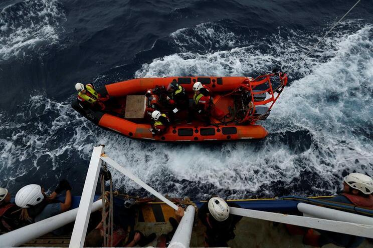 No barco estão 95 menores, 84 deles não acompanhados