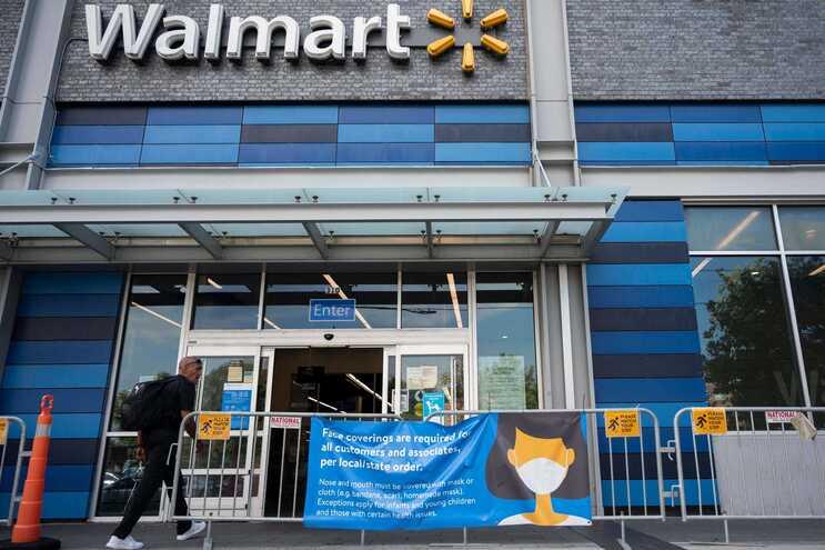 O anúncio da Walmart surge num momento de revisão de políticas a nível das autoridades e empresas