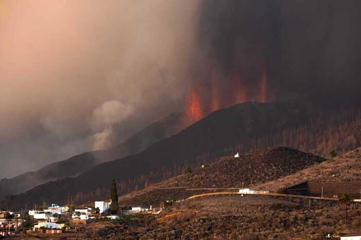 Aeroporto de La Palma retoma voos suspensos devido à erupção de vulcão