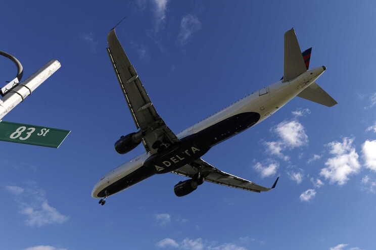 Ativa manga de emergência de avião que se preparava para levantar voo