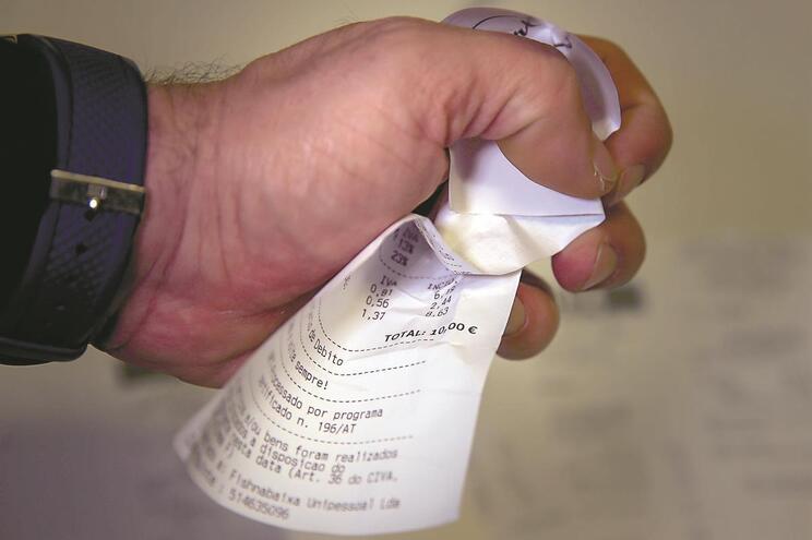 Comerciantes dispensados de dar faturas em papel já em janeiro