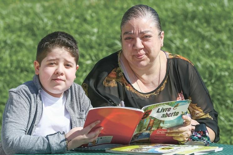 Francisco está no 6.º ano,  teve leucemia aos três anos e meio e uma pneumonia há dois anos. Mãe não