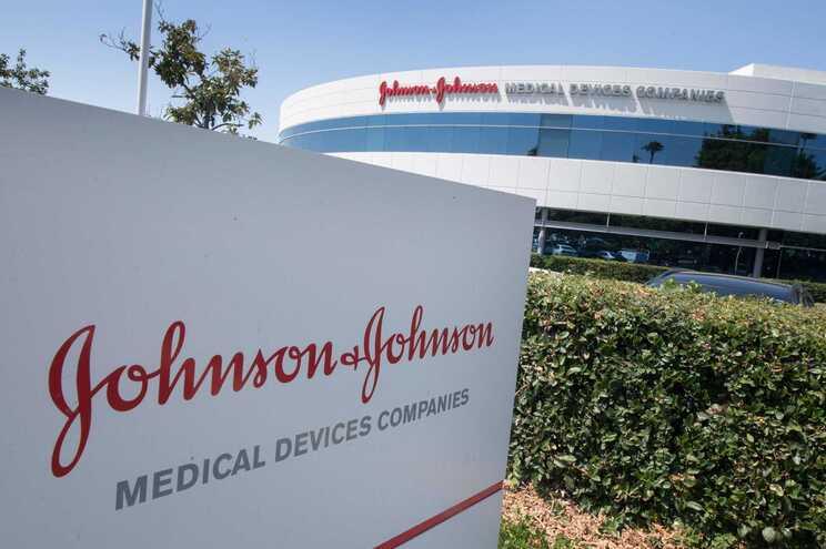 Johnson & Johnson adia entregas da vacina na Europa