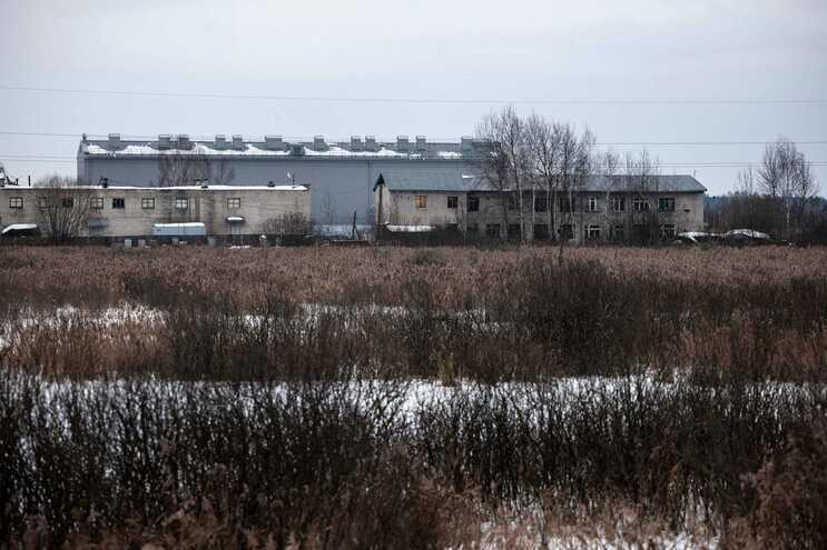 Cercado por um muro com arame farpado no topo, a prisão foi descrita como particularmente dura por ex-presidiários