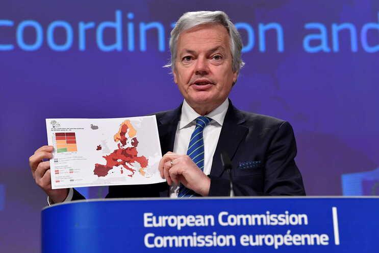 """Didier Reynders com o mapa com a nova cor """"vermelho escuro"""""""
