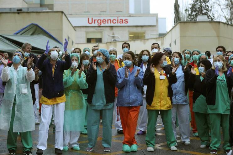 Profissionais de saúde aplaudidas em hospital madrileno