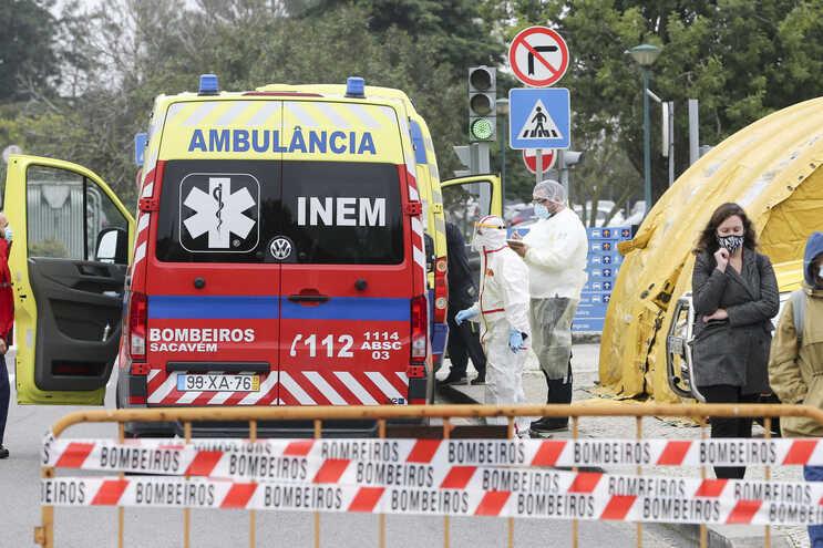 O INEM instalou tendas de pré-triagem no Hospital Garcia da Orta, em Almada, para avaliar o estado dos