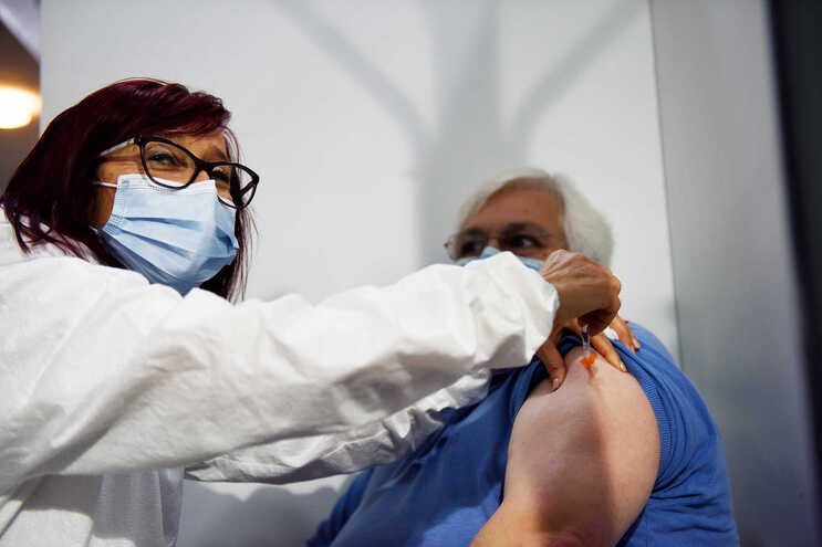 Doentes imunodeprimidos recuperados da covid-19 devem ter vacinação completa