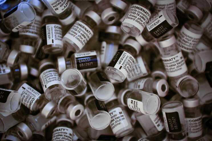 Jovem injetada por erro com seis doses da vacina da Pfizer/BioNTech