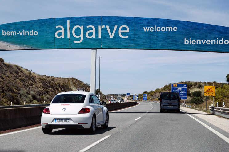 """Retirar Portugal da lista verde foi """"decisão política"""", diz Turismo do Algarve"""