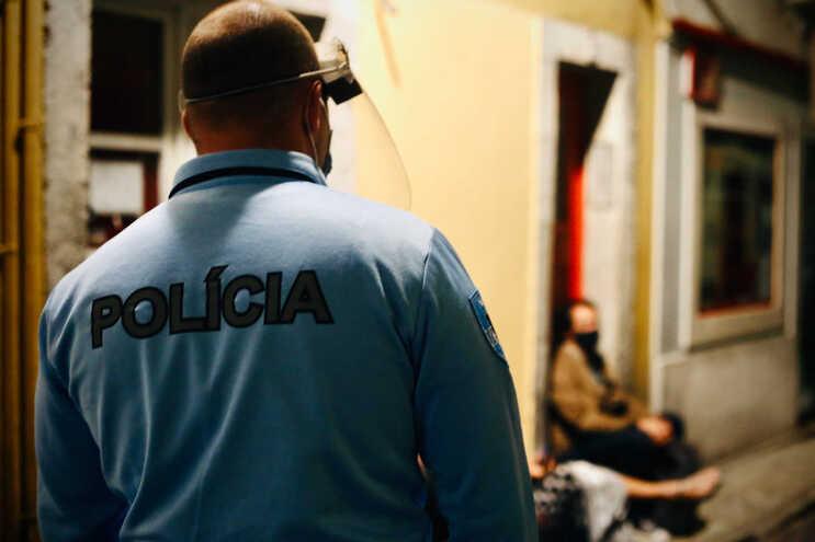 Sete estabelecimentos no Bairro Alto multados na sexta à noite