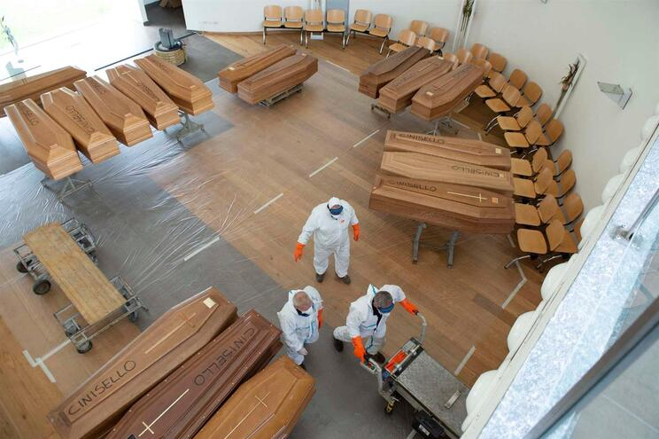 Caixões acumulam-se em Itália, que já perdeu quase 10 mil vidas para a Covid-19