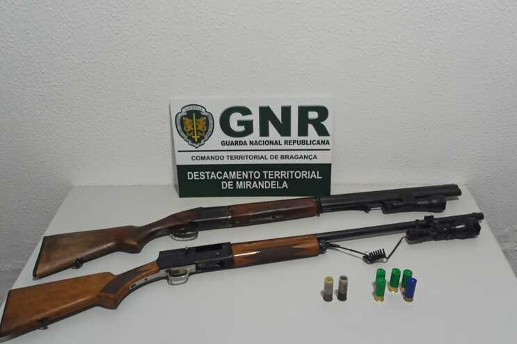 Além das detenções, foram apreendidas duas caçadeiras, cinco cartuchos com zagalote e dois cartuchos