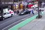 O momento em que um carro atropela manifestantes em Nova Iorque