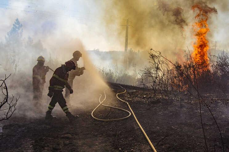 Só no fim de semana houve quase uma centena de incêndios em todo o país. Mais de 1200 pessoas envolvidas