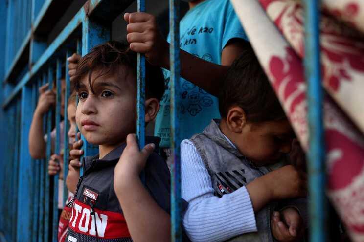 Crianças que viram as suas casas destruídas estão alojadas numa escola que está a albergar refugiados