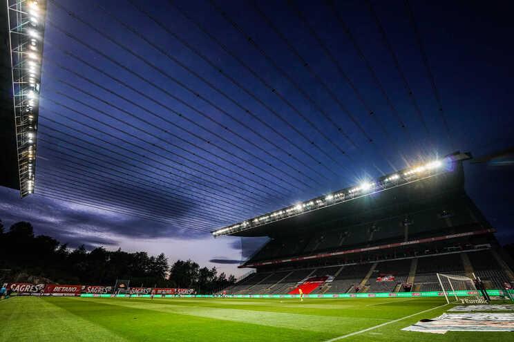 Estádios de futebol vão continuar sem público